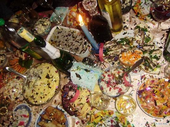 Russian New Year feast and confetti petard fail