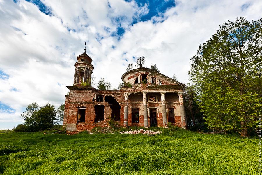 Abandoned Znamenskaya church in Teploye estate · Russia Travel Blog