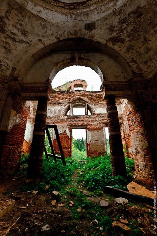 Abandoned Znamenskaya church, Russia view 5