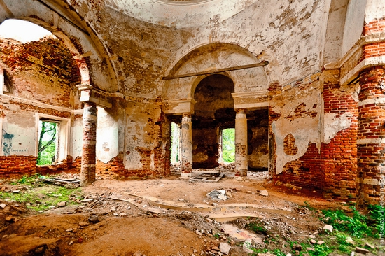 Abandoned Znamenskaya church, Russia view 7