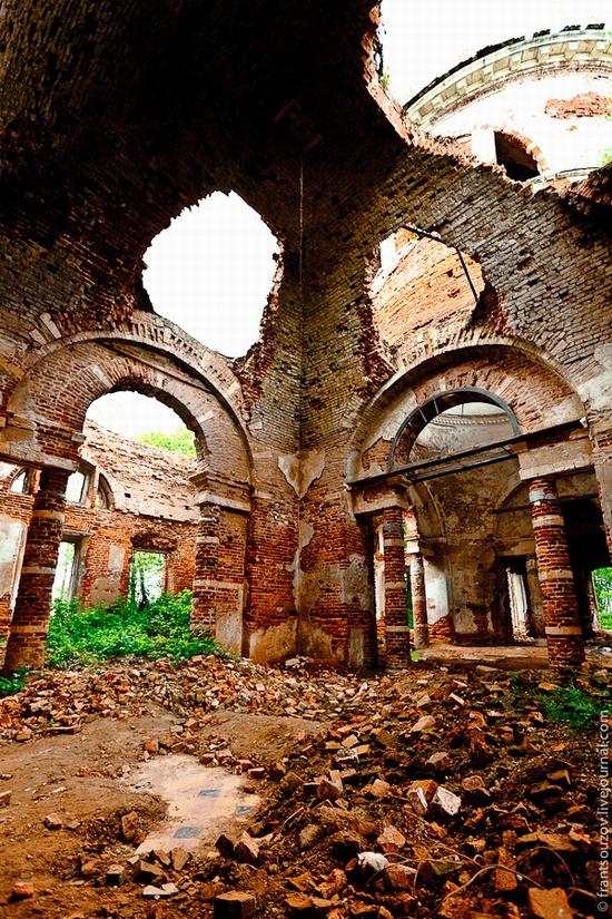 Abandoned Znamenskaya church, Russia view 8