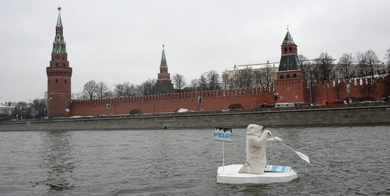 Polar bear floated past the Kremlin walls, Moscow, Russia photo 1
