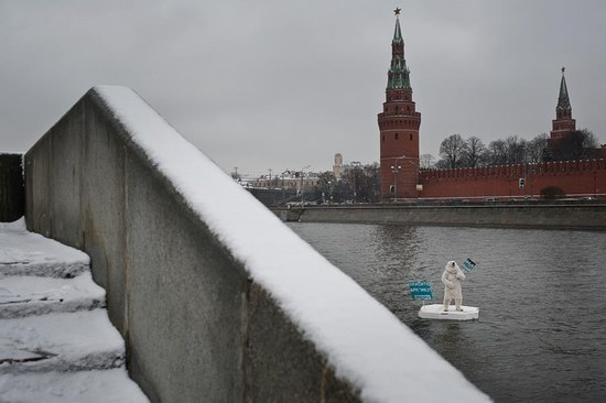 Polar bear floated past the Kremlin walls, Moscow, Russia photo 2