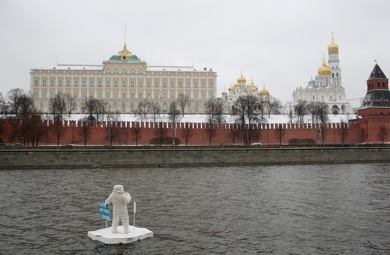 Polar bear floated past the Kremlin walls, Moscow, Russia photo 4