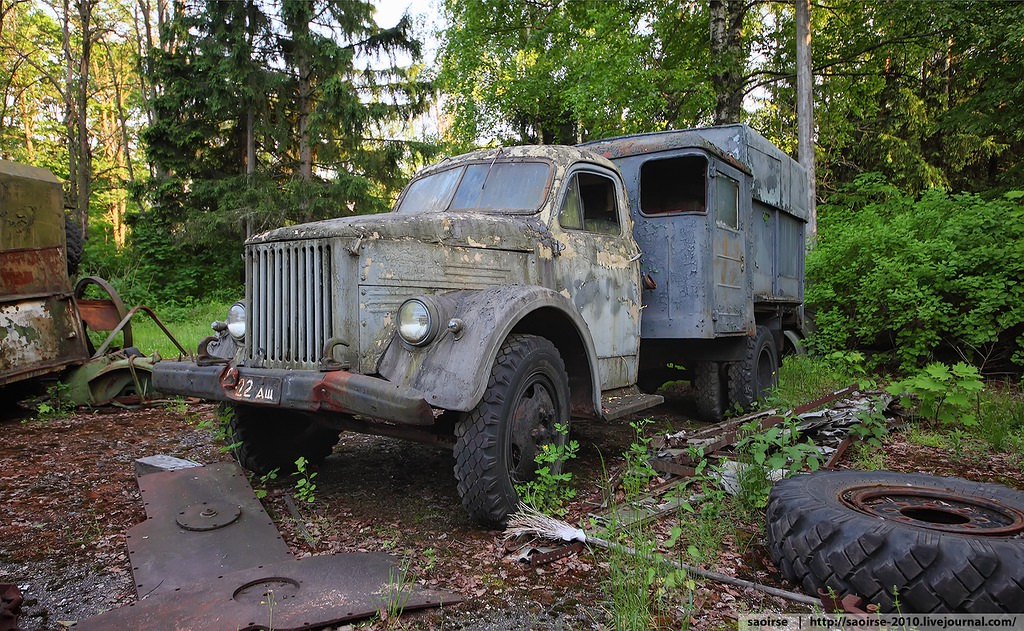 Abandoned Summer Camp with Retro Cars · Russia travel blog