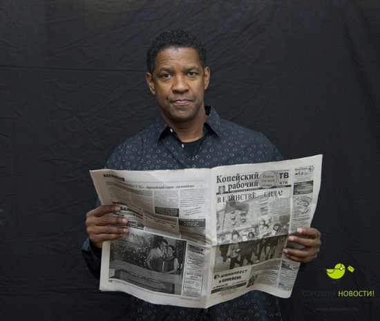 Denzel Washington with the Russian newspaper