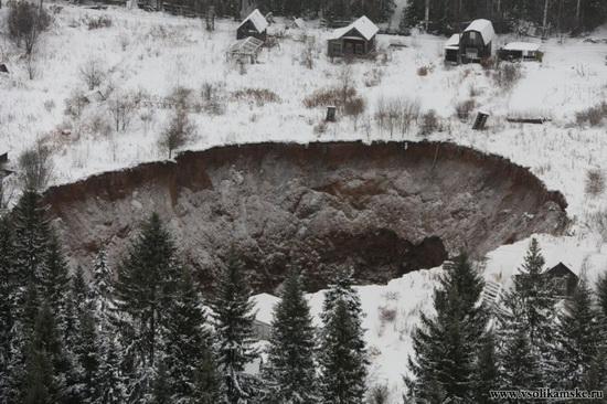 Giant sinkhole near Solikamsk in Perm region, Russia, photo 3
