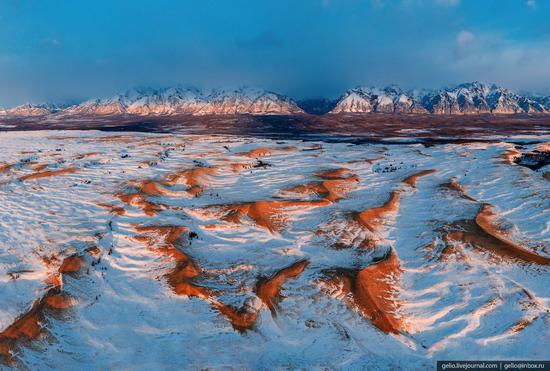 Snow-covered Chara Sands desert, Siberia, Russia, photo 1