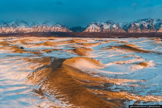 Snow-covered Chara Sands desert, Siberia, Russia, photo 9