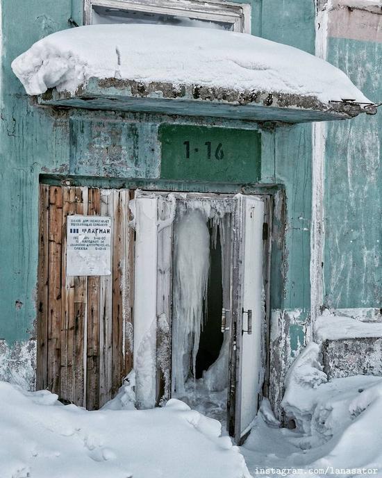 Frozen Abandoned Apartment Buildings in Vorkuta, Russia, photo 7