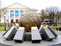 The monument to the builders of Cherepovets (Cherepovets Globe)