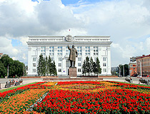 Monument to Lenin in front of the administration of Kemerovo Oblast