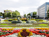 Flower bed with swans in Nefteyugansk